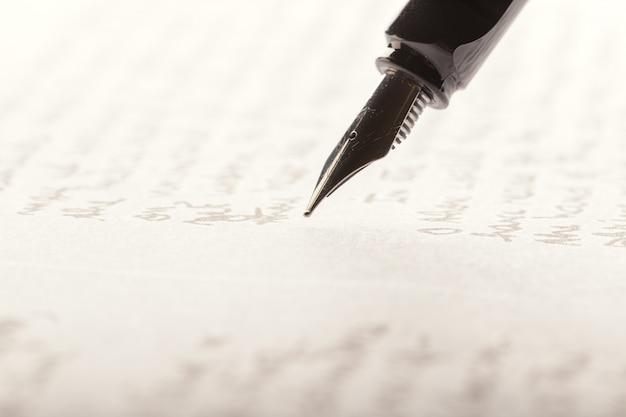 Pluma estilográfica en la página escrita