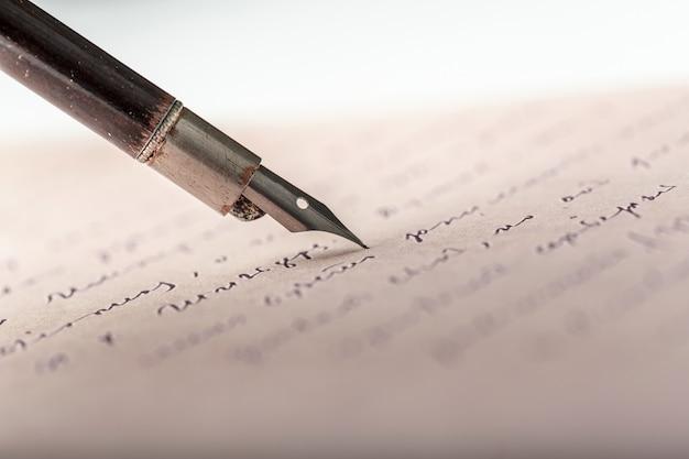 Pluma estilográfica sobre una carta manuscrita antigua.