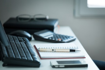 Pluma con nota en el escritorio de la oficina creativa