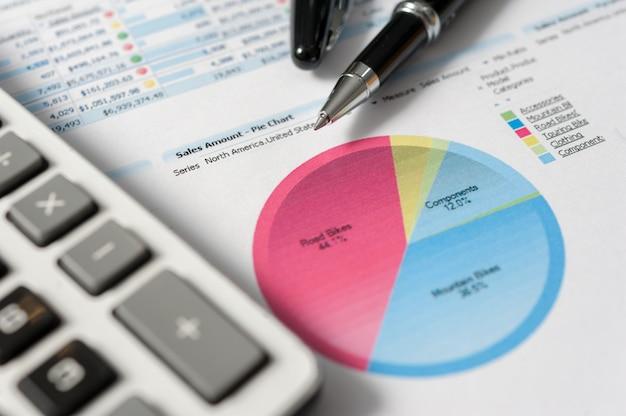 Pluma y papel de informe, concepto de negocio