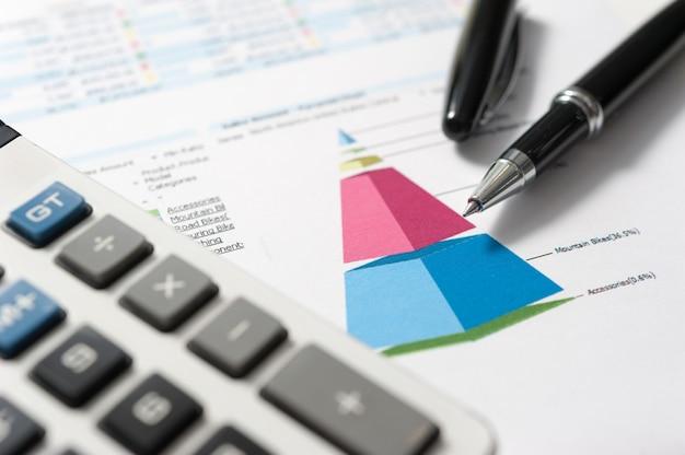 Pluma y papel de informe, conceptual de negocios.