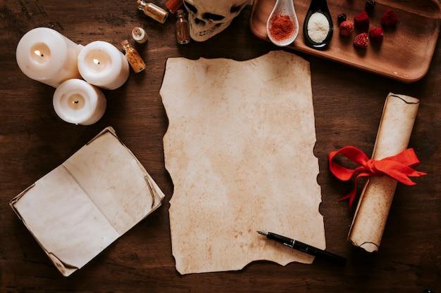 Pluma de pergamino y tinta cerca de velas e ingredientes