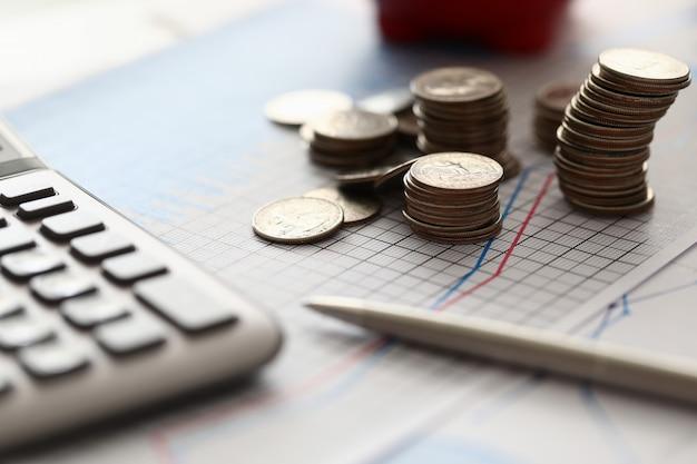 Pluma de plata y calculadora en el escritorio