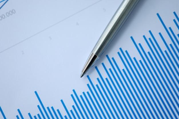 La pluma plateada se encuentra en documentos en papel con color