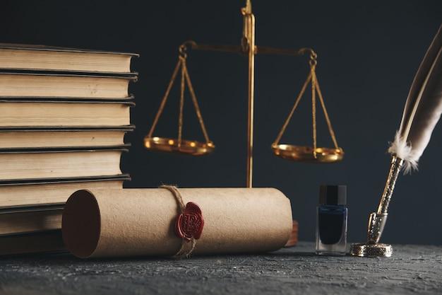 Pluma y sello del notario público en testamento y última voluntad. herramientas de notario público