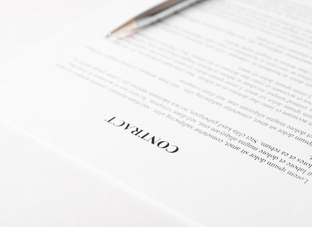Pluma sobre un contrato o formulario de solicitud
