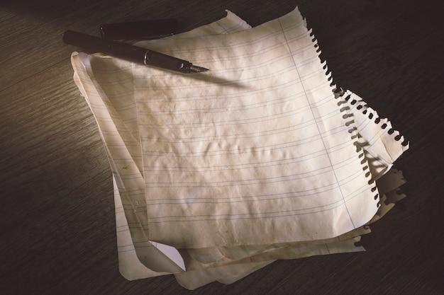 Pluma de tinta en papel viejo gobernado
