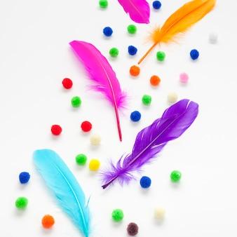 Plumas de colores y bolas de algodón.