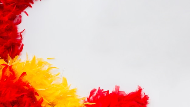 Plumas coloridas de primer plano con espacio de copia