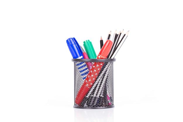 Plumas y lápiz coloridos en el tenedor aislado en el fondo blanco