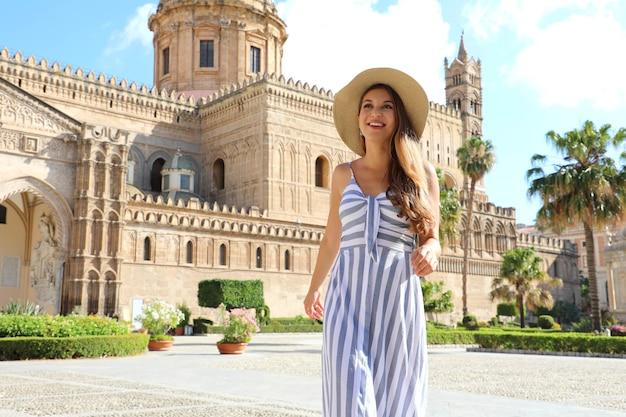 Poatrait de sonriente mujer turística en el casco antiguo de palermo con la catedral