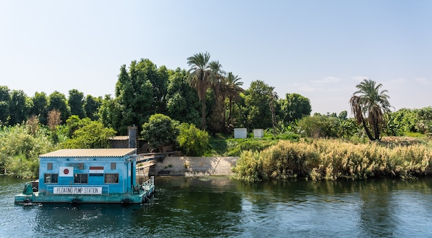 La población local egipcia que vive en la orilla del río nilo, egipto
