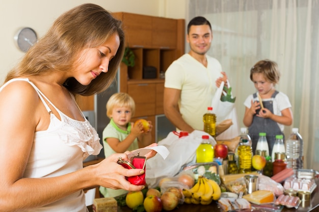 Pobre familia con bolsas de comida