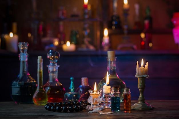 Pociones mágicas en botellas en mesa de madera