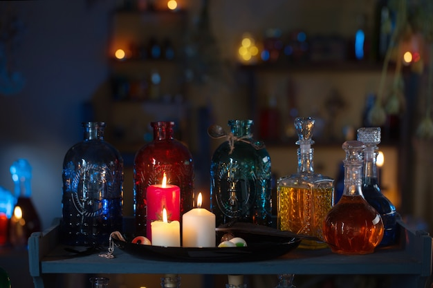 Pociones mágicas en la casa de la bruja con velas encendidas por la noche