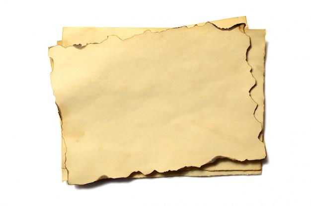 Pocos pedazos en blanco de antiguos manuscritos o pergaminos de papel desmoronados antiguos