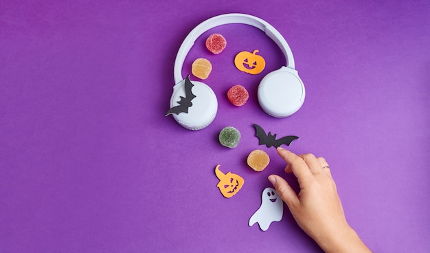 Podcast de halloween decoraciones de halloween calabazas murciélagos dulces fantasmas sobre fondo púrpura