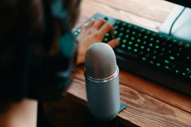 Podcast studi, micrófono