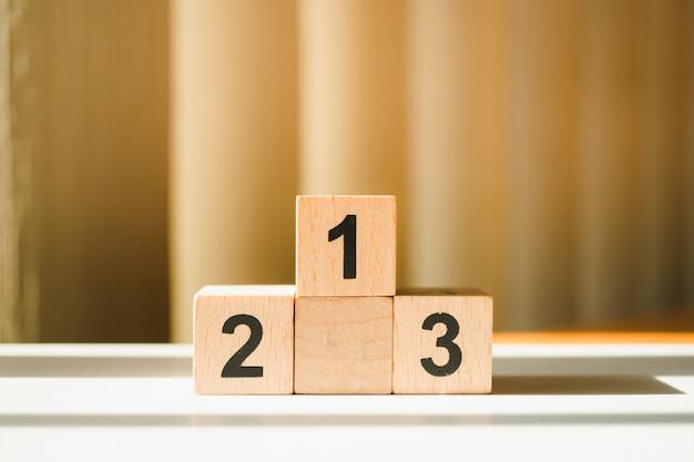 Podio de madera del primer usando como concepto de la competencia y de la recompensa del negocio