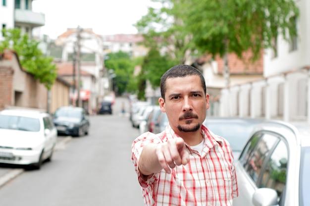 Poeta hombre con un dedo