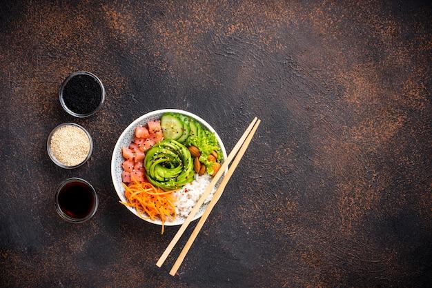 Poke bowl hawaiano con salmón, arroz y vegetales