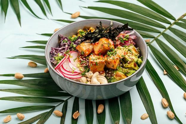 Poke bowl de tofu vegetariano con arroz y verduras