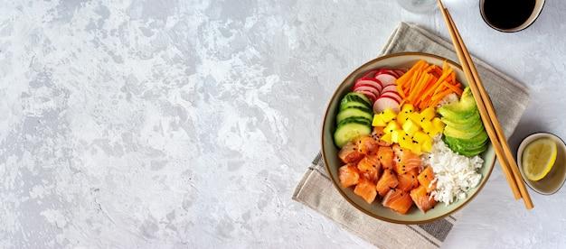 Poke de salmón con aguacate, algas, zanahorias en vinagre y pepino