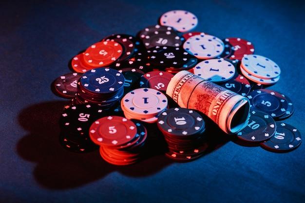Poker jugando fichas colocadas en una apuesta.