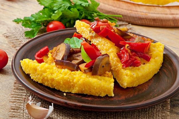 Polenta con verduras - pizza de sémola de maíz con tomate y berenjena