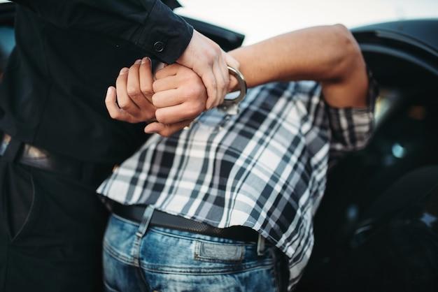 Policía arresta al ladrón de autos en la carretera