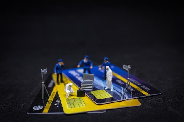 Policía y detective encontrando prueba de tarjeta de crédito.