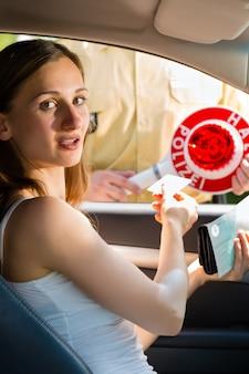 Policía - mujer en violación de tráfico recibiendo boleto
