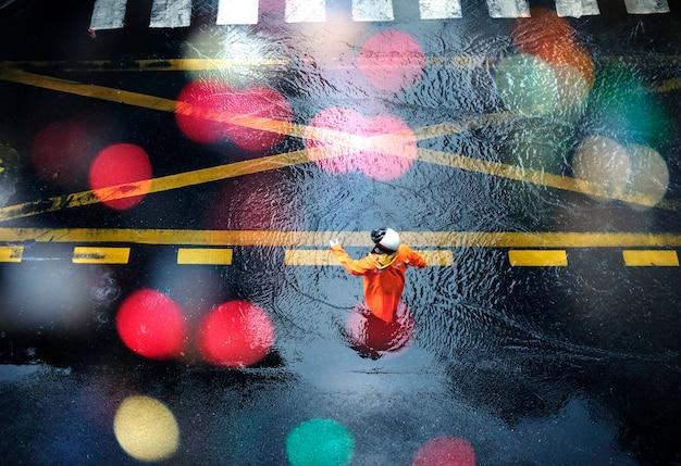 Policía de tráfico de pie bajo la lluvia
