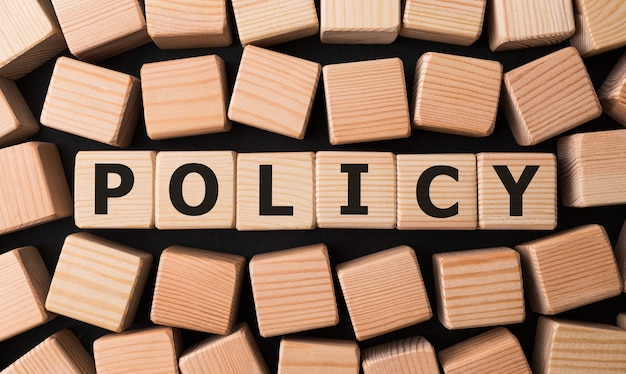 Política de palabra hecha con bloques de madera