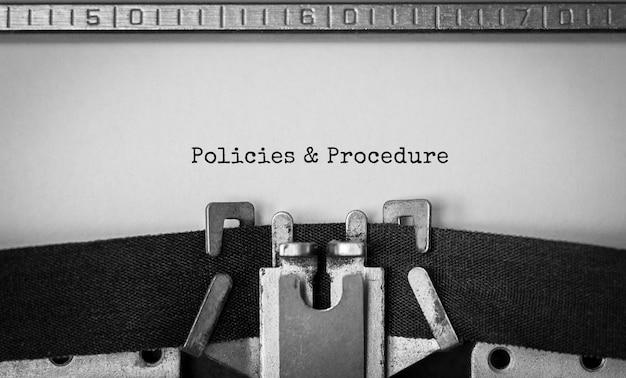 Políticas y procedimientos de texto mecanografiados en máquina de escribir retro