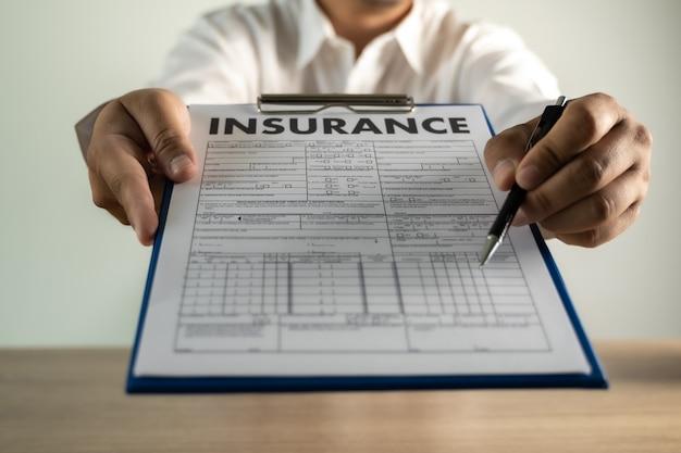 Póliza de seguro de automóvil y protección contra accidentes de automóvil que examina el seguro