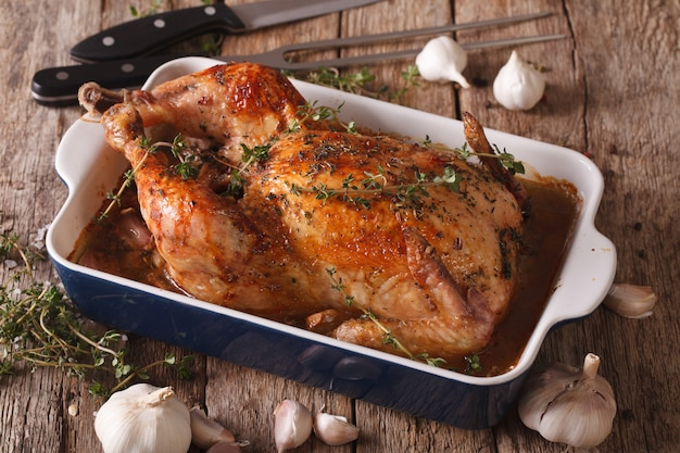 Pollo con ajo en el plato para hornear