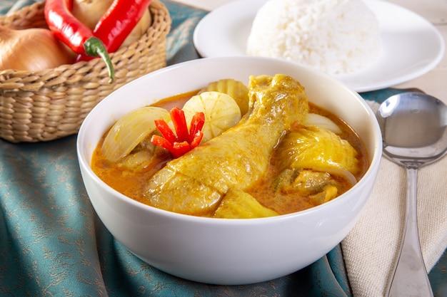 Pollo al curry amarillo