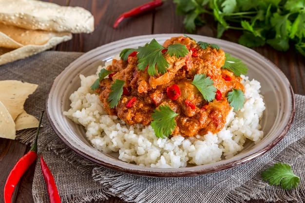 Pollo al curry con arroz y cilantro