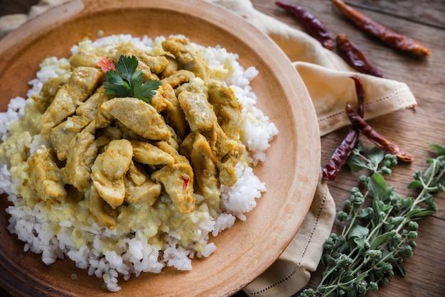 Pollo al curry indio con arroz blanco