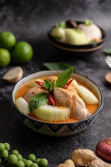 Pollo al curry con melón de invierno, con setas, ajo, guindilla y albahaca