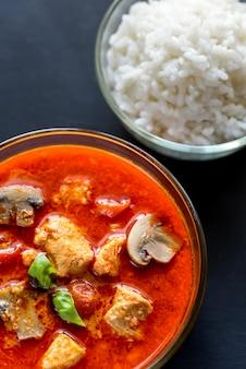 Pollo al curry rojo tailandés con arroz blanco