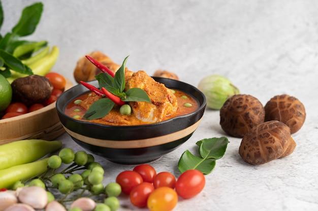 Pollo al curry rojo en una taza negra