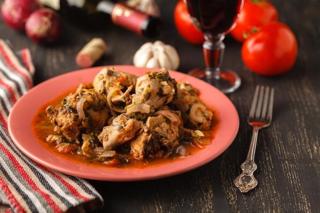 Pollo al curry en superficie oscura