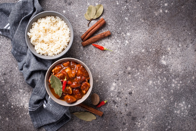 Pollo al curry tikka masala con arroz