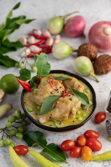 Pollo al curry verde en un tazón.