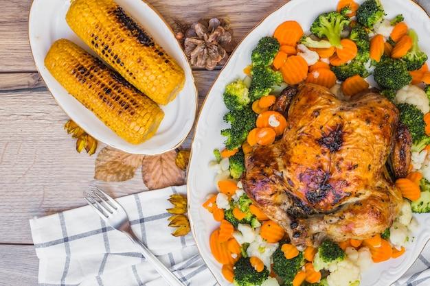 Pollo al horno con callos en mesa