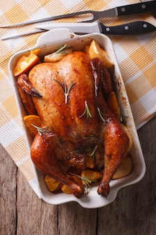 Pollo al horno con manzanas en el primer plato para hornear