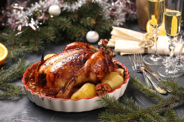 Pollo al horno con naranja, miel, salsa de soja, cebolla y ajo en forma de cerámica en decoración navideña