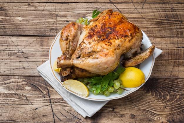Pollo al horno, puré de papas y copas de vino para la cena en la mesa festiva.